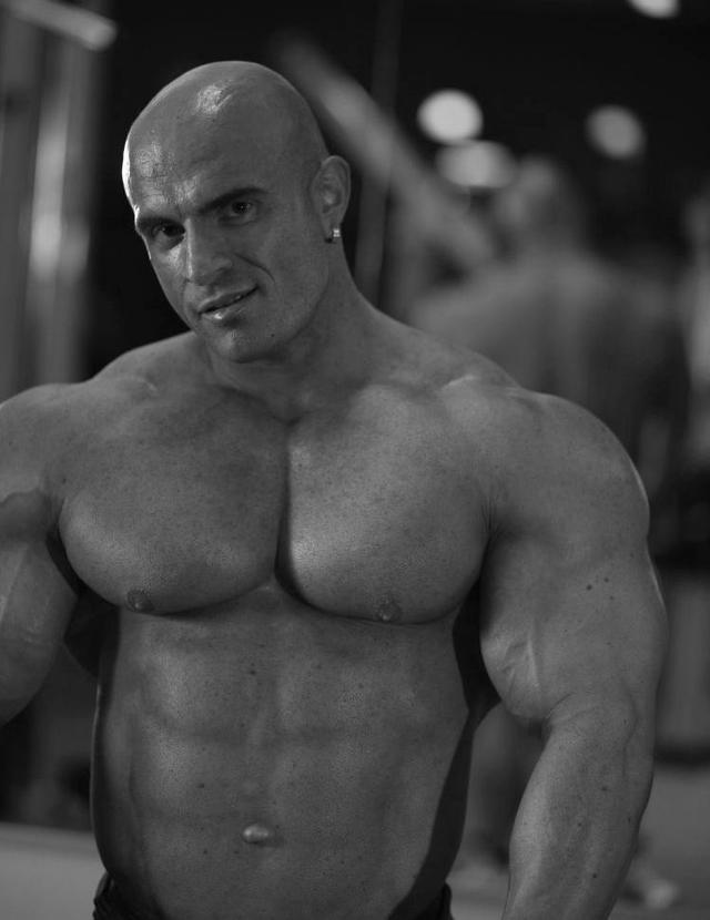 giant muscle men bodybuilder muscles giant manuel bauer