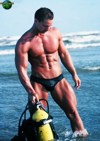 gay bodybuilder photos trevoradams gay bodybuilder muscle stud trevor adams shows off his body after ocean scubadiving